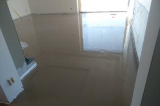 Vzhledem k různým druhům a tloušťkám podlahové krytiny se v některých místech domu musí zvýšit tloušťka hrubé podlahy. K tomu byla použita samonivelační podlahová stěrka Nivello Quattro od partnera Baumit. (Zdroj: Wienerberger)