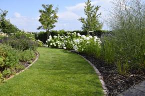 Značně zatěžované trávníky je někdy nutné částečně rekonstruovat pomocí aerifikace, která odlehčí půdu