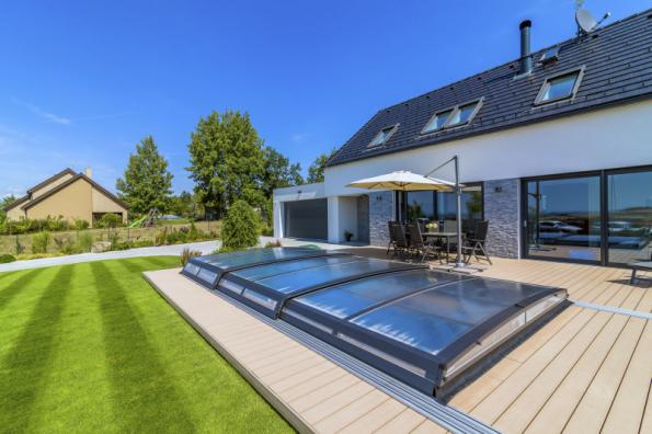 Extra ploché posuvné zastřešení Astra s maximálním důrazem na design je zároveň i velmi praktickým a cenově dostupným řešením zakrytí bazénu (MOUNTFIELD)