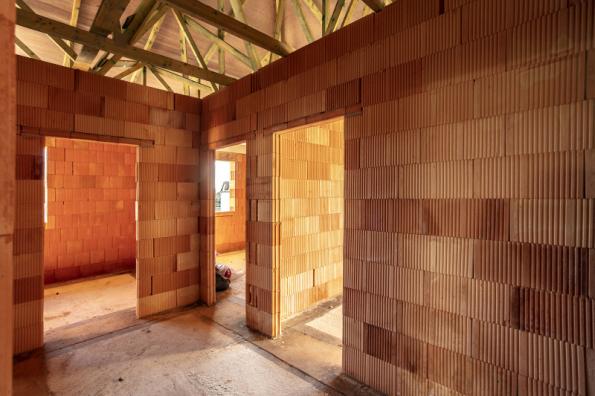 K výhodám keramických bloků POROTHERM patří rychlost zdění. Jednovrstvé cihlové zdivo představuje ekologicky čisté a technologicky správné řešení obvodových i vnitřních stěn rodinných domů (WIENERBERGER)