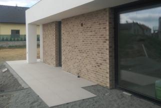 Venkovní dlažba na terase byla prováděna pokládkou do připraveného lože. Znabídky partnera Semmelrock byla vybrána porcelánová dlažba s názvem AirPave, která nabízí sofistikovaný design porcelánových dlaždic v moderním velkoformátu. (Zdroj: Wienerberger)