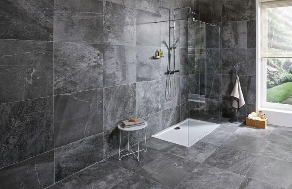 JIKA Cubito Pure je pevná stěna pro sprchový kout se dvěma vzpěrami. Tvoří ji bezpečnostní sklo tloušťky 8 mm s povrchovou úpravou Jika Perla Glass pro snadnou údržbu (JIKA)