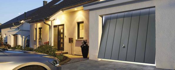 Výklopná vrata Berry si můžete vybrat z oceli nebo masivního dřeva a doplnit je vchodovými dveřmi v obdobném designu (HÖRMANN)