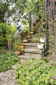 Cestu vzhůru po zadním schodišti vedoucím do hostinských pokojů v podkroví rozveselují buclaté nádoby s chejry a maceškami. Při pravidelné zálivce vydrží kvést celé jaro