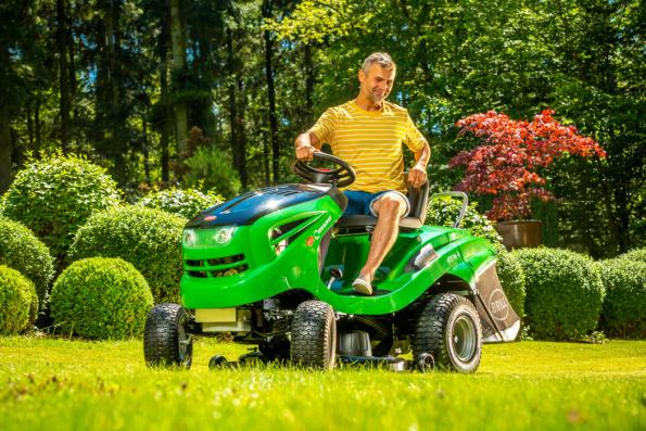 Zahradní traktor Brill Crossover T 103/16 H je výkonným strojem od německé firmy Brill, která ho vyrábí v Rakousku. Traktor má skvělou stabilitu díky robustnímu šasi z prvotřídní oceli, a kromě snadné ovladatelnosti vyniká i perfektním sběrem trávy. (Zdroj: Mountfield)