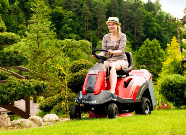 Rider XF 140 HD se výkonově řadí už mezi zahradní traktory, pořád si však zachovává kompaktní rozměry a skvělou obratnost riderů. (Zdroj: Mountfield)
