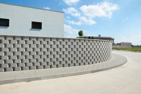 Oblé tvárnice Ronde Block od českého výrobce betonových komponentů Presbeton umožňují výstavbu nejen rovných zdí, ale i vlnitých a zaoblených ploch. (Zdroj: Presbeton)