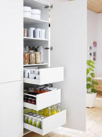 Nemáte-li místo na samostatnou spíž, nic není ztraceno, můžete si do kuchyně pořídit výsuvné přihrádky či celé výsuvné skříně na potraviny. U truhlářů si je můžete nechat udělat na míru