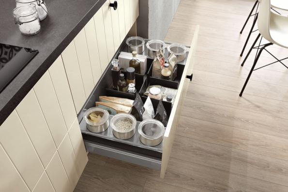 Zásuvky s plnovýsuvem jsou praktické v tom, že se dostanete pohodlně i do zadních koutů a máte přehled o všech uložených potravinách. Proto je také vhodné označit si je na víčku