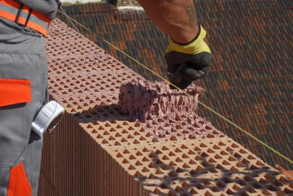 5. ZPŮSOB NANÁŠENÍ: Malta se nanáší strukturovaným systémovým válečkem rovnoměrně do kříže, aby pokryla všechna vnitřní i obvodová žebra ložné plochy cihel a přitom nestékala do otvorů a po jejich obvodu. Maltu HELUZ SIDI lze použít při teplotách od 1°C. Povrch čerstvě nanesené malty nesmí být vystaven účinkům deště, stejně tak jako u klasických malt. (Zdroj: HELUZ)