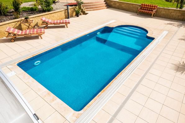 Betonová dlažba kolem bazénu je odolná a dobře se udržuje (MOUNTFIELD)