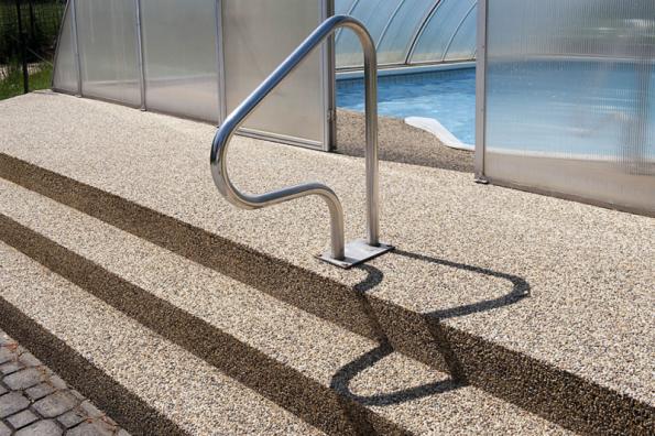 Výhodou kamenného koberce je možnost libovolného tvarování. Dobře se proto hodí například na schodiště (TOPSTONE)