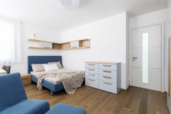 V dětských pokojích je u nábytku základ dubová dýha v kombinaci s barevným lakem, pro každý pokoj jiná barva. K tomu jsou doladěny postele a křesla