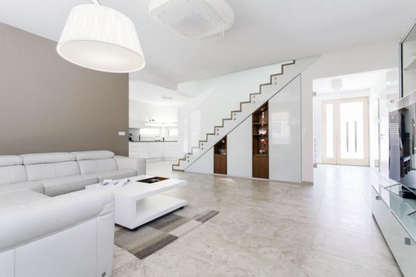 Vstup do obývacího pokoje celoskleněnými dveřmi bez zárubní opticky propojuje navazující místnosti. Tento efekt jde ale použít pouze tam, kde není potřeba odstínit hluk