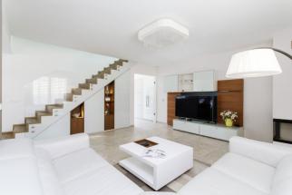 Požadavkem majitelů byl neutrálně laděný moderní interiér ve světlých teplých barvách, který se lehce snese s doplňky jakéhokoliv stylu. Interiér obou pater domu je laděn do krémové, šedé barvy v kombinaci s odstíny bílé a hnědé
