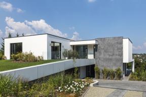 Vsoučasnosti je beton základním materiálovým segmentem většiny stavebních realizací. Jeho využití lze nalézt vrůzných typech konstrukcí, musí tedy splňovat mnoho specifických požadavků. Společnost Baumit je lídrem na trhu suchých betonových směsí a její široké portfolio výrobků nabízí kvalitní řešení pro profesionální zpracovatele i domácí kutily.