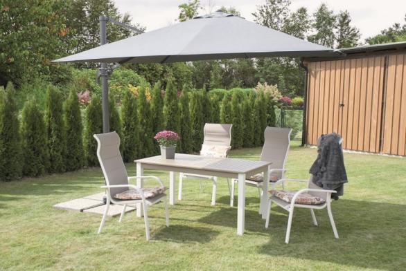 Na žádné zahradě rozhodně nesmí chybět zahradní nábytek – nezbytností jsou především jídelní nebo odkládací stoly, židle, křesla a lehátka