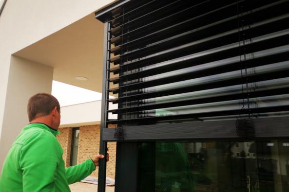 Do e4 domu byla namontována stínicí technika od partnera VEKRA, která zabraňuje vnikání nadměrného množství světla do vnitřních prostor. Pro venkovní stínicí systém byl zvolen typ ocelových lehkých žaluzií, který zároveň dokresluje design celého e4 domu.(Zdroj: Wienerberger)