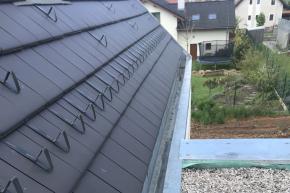 Ve střešní části domu bylo provedeno oplechování okapů, ukončení střešní části u vikýřů a horní část atiky. (Zdroj: Wienerberger)