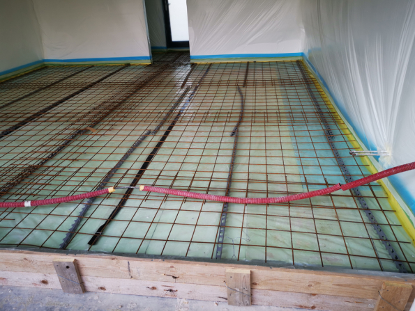 V prostoru garáže se provádělo vylévání technické podlahy. (Zdroj: Wienerberger)