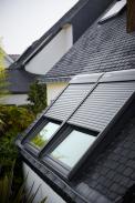 Nejefektivnějším zastíněním střešních oken VELUX jsou venkovní rolety, které si aktuálně můžete pořídit výhodněji. Pokud si vobdobí od 18. května do 18. července 2020 koupíte venkovní roletu VELUX na solární pohon, dostanete zpět 2000 korun za každý zakoupený kus. Stačí se zaregistrovat na stránce www.velux.cz/letovestinu, kde najdete potřebné informace.