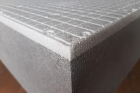 Detail nové fasádní izolační desky ISOVER EPS GreyWall SP (Sun Protect) dává tušit, že je opravdu v mnohém nová.