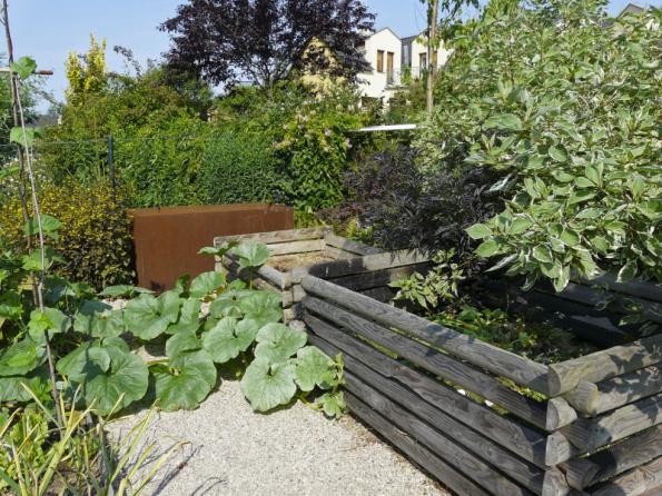 Velkým problémem některých užitkových zahrad bývá špatná dostupnost kompostéru nebo zdroje vody. I na to se při plánování zahrady snažte myslet a vše umístěte ideálně do prostoru zeleninové zahrady