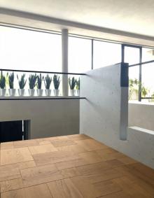 Třívrstvá dubová podlaha Conte překvapuje novým výtvarným pojetím. Umožňuje vytvořit originální skladbu z obdélníkových a čtvercových prvků. Základní rozměrový modul je 150 mm (výrobce Listone Giordano)