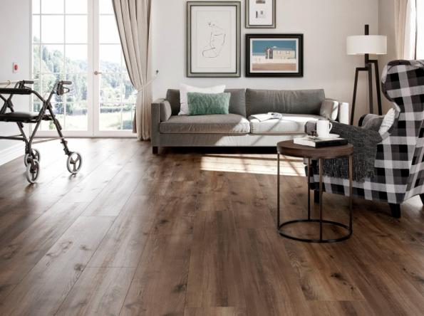 Ekologická podlaha WINEO PURLINE 1500 je vyrobena z čistě přírodních materiálů. dekor dub Village Brown vytváří iluzi rustikální podlahy z masivních prken. Rozměry lamel 250 x 1500 mm, tl. 2,5 mm, celoplošně se lepí k podkladu. nabízejí studia Kratochvíl Parket Profi