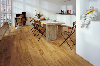 Dubová podlaha KÄHRS Linnea, dekor Dub Sugar je ošetřena tzv. saténovým lakem s velkou odolností proti poškrábání, UV záření a vlhkosti, který okouzlí přirozeným vzhledem čistého dřeva. Lamely mají rozměry 1225 x 118 mm, tloušťka pouhých 7 mm je vhodná i pro rekonstrukce starších bytů. Foto Kährs, k dostání v síti prodejen Kratochvíl Parket Profi (www.kpp.cz)