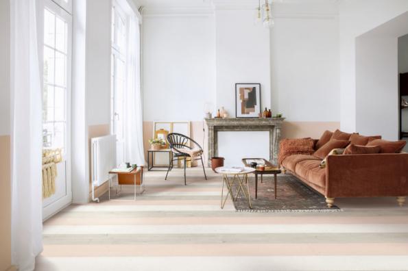 Laminátové podlahy Quick-Step z kolekce Signature se vyznačují povrchem s autentickým vzhledem dřeva, jsou vysoce odolné proti opotřebení, UV záření a jsou vodotěsné. Na fotografii je dekor imitující barevně natřená dubová prkna, rozměry lamel 212 x 1380 mm, tl. 9 mm