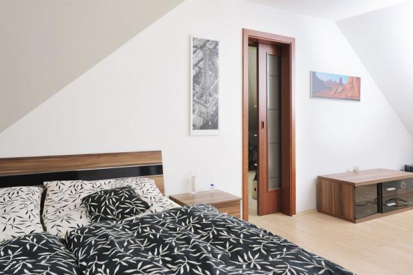 Pouzdro Norma Standard pro dveře zasouvající se do stěny je ideálním řešením do podkrovních místností, kde je třeba šetřit místem nebo k de by mohlo dojít ke kolizi otočných dveří a šikmého stropu (JAP FUTURE)