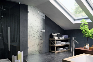 Celoskleněné dveře s pískovaným dekorativním motivem kopírují šikminu v podkroví (JAP FUTURE)