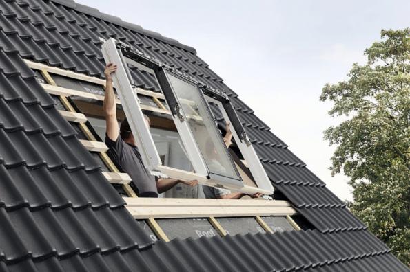 Kromě zlepšení tepelněizolačních parametrů oken lze v rámci výměny rovnou uvažovat i o lepším prosvětlení interiéru a rozšířit prosklenou plochu. Vhodným řešením může být například VELUX STUDIO, které obsahuje hned tři střešní okna v jednom rámu, což usnadní celou instalaci