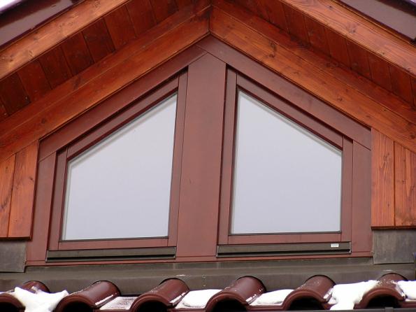 Dřevěné vikýřové okno vychází vstříc majitelům podkroví, kteří vybudováním vikýře získají další kus prostoru i světla navíc (VEKRA)