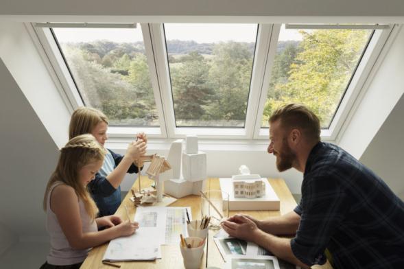 Tři okna v jednom rámu VELUX STUDIO vpustí o 23 % více světla než tři samostatná okna (zdroj: VELUX)