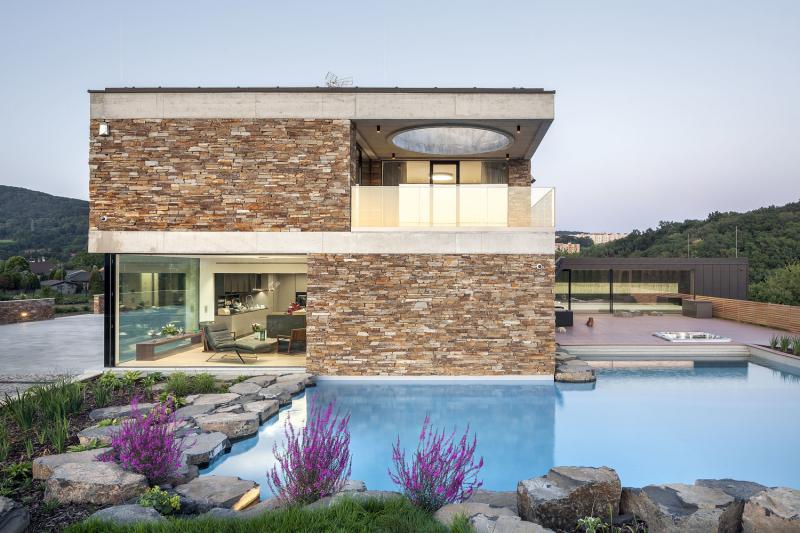 Architekti vytvořili kompozici krajiny s komfortním domem, anglickým parkem a jezírkem