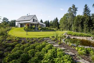 Svažitá divoká část zahrady zabírá pruh pozemku od nízké nejvýchodněji položené zídky (cca 20 cm nad terénem) až k hranici pozemku na východě. Skrze celé divoké území vede do svahu zapuštěná mlatová stezka, která tvoří vycházkový okruh