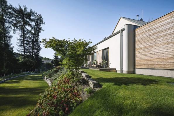 Horní travnatá terasa je na východě ukončena kamennou zídkou o výšce cca 20 cm. Pod ní začíná svah osázený okrasnými výsadbami, které jsou inspirovány Japonskem: červenolisté javory, traviny, stálezelené cesmíny, které je možné tvarovat
