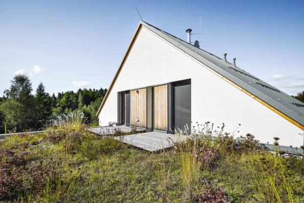 Dřevostavbu pasivního domu (firma Atrea, architekt Ing. Tomáš Krupa) propojuje se zahradou i další zajímavý prvek – zatravněná střešní terasa