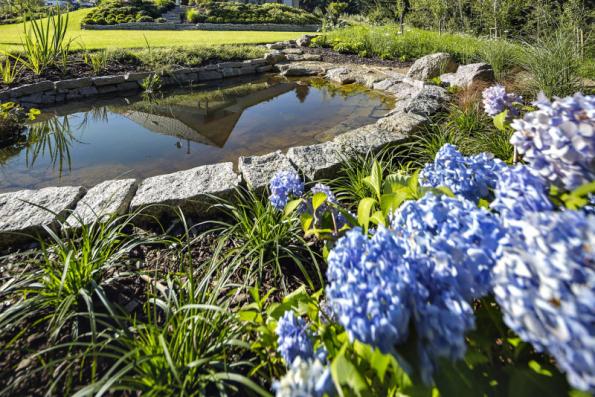 V jihovýchodní části spodní travnaté terasy je umístěno malé fóliové jezírko, které je napouštěno dešťovou vodou, sváděnou sem z přepadu podzemní nádrže u domu