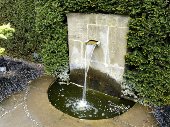 Tekoucí voda bude vždy poměrně hlasitá, proto je nutné počítat se zvukovým efektem v zahradě