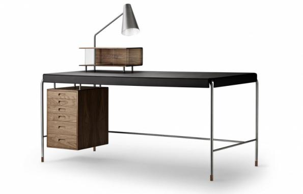 Pracovní stůl Society Table AJ52 (CARL HANSEN & SON) navržený již v roce 1952 designérem Arne Jacobsenem, na výběr ze dvou typů dřev – dub a ořech, čtyř povrchových úprav dřeva a dvou barev kůže, velikost 140 x 70 cm a 160 x 70 cm, cena od 178 840 Kč, prodává www.stockist.cz
