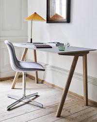 Pracovní stůl CPH 90 z kolekce Copenhague (HAY), design Ronan & Erwan Bouroullec, matně lakované dubové dřevo/linoleum, 130 x 65 cm, výška 74 cm, cena 18 150 Kč; židle Neu 10 Upholstery (HAY), ergonomicky tvarovaná skořepina, cena na dotaz, prodává www.designville.cz