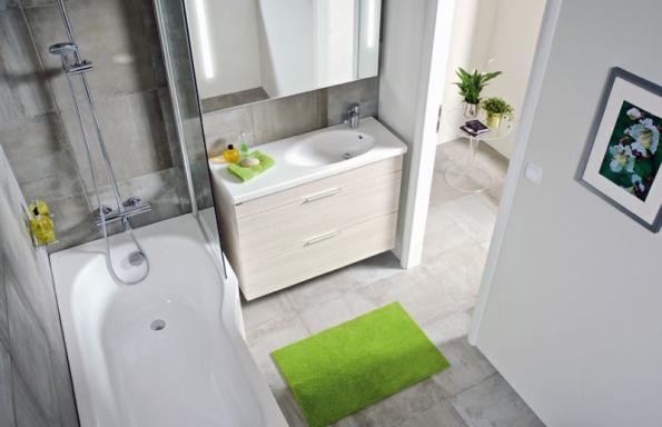 Asymetrickou vanu Jika Tigo o šířce 70/80 cm lze vybavit sprchovou zástěnou a sprchovat se i v koupelně o rozměrech 160 x 160 cm (JIKA)