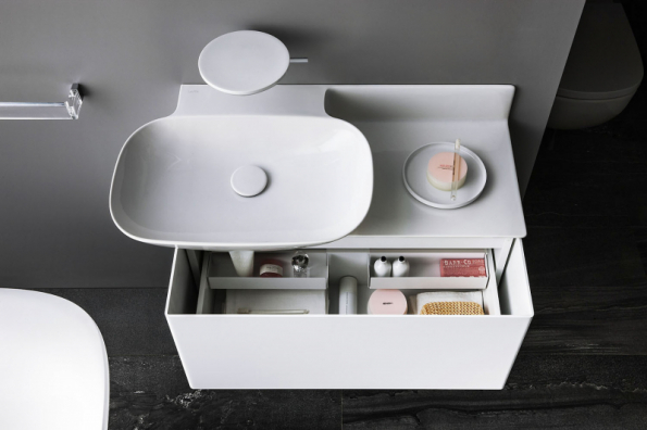 Umyvadlová skříňka INO šetří místo, ale vynikne i ve velké koupelně jako zajímavý solitér. Nabízí se v různých provedeních (LAUFEN)