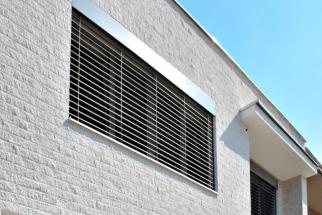 Provětrávané fasádní obklady Stavoblock prodyšně zateplují a zároveň odvlhčují zdivo. Díky difuzně otevřenému materiálu nevznikají plísně, samosprašivost zamezuje úchytu řas (STAVOBLOCK)