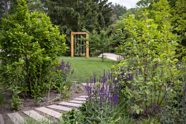 Zahradní houpačku chtěl hlavně majitel, takže je dimenzována i na dospělé