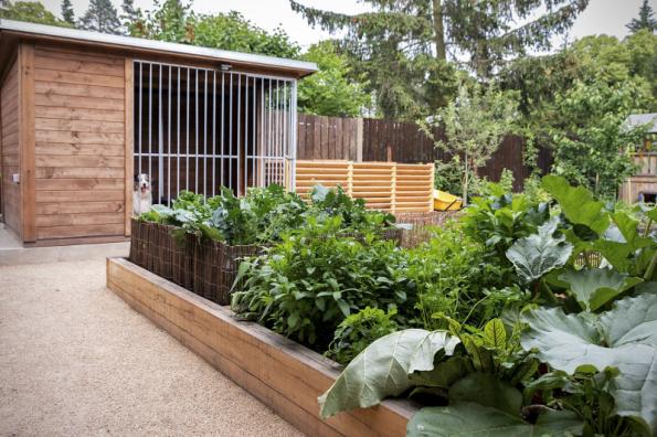 Kompost, vyvýšené záhony, pařeniště a sázecí stolek jsou dílem ateliéru Flera, který vycházel z přání a zkušeností majitelů