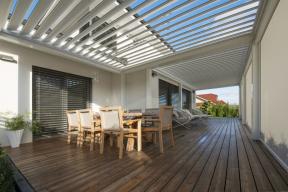 Med Twist je stylová venkovní pergola, její střecha se skládá z lamel, které lze natáčet v úhlu 0 až 135 stupňů (CLIMAX)